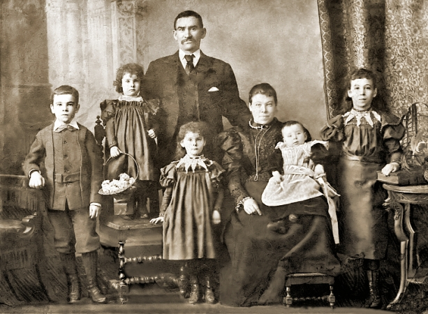Studio photo of Kelly family taken around 1900.