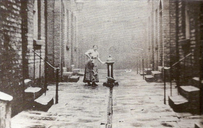A typical Liverpool 'court' (Saltney Street, 1906)