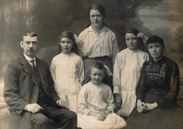 William and Mary Ellen Crosbie with their 4 youngest daughters Eleanor, Janet, Elizabeth & Molly in around 1915.