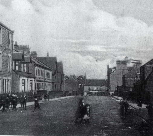 Early 20th century Union Road looking north to Camelon Main Street.  On the right the sign on the gable wall reads Wm Sharp & Sons.  Orchard Cottage is tucked behind the lamppost on the right.